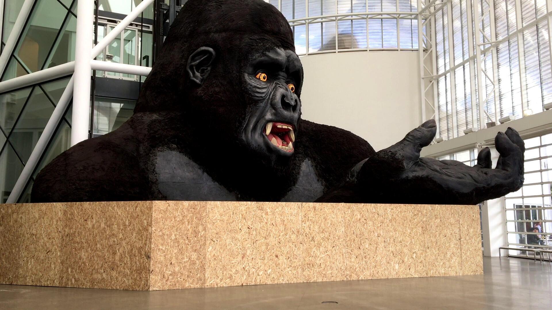 Le King Kong de l'opéra « L'Affaire Makropoulos », décor conçu par Małgorzata Szczęśniak pour l'Opéra Bastille, à l'entrée du Centre Pompidou-Metz.