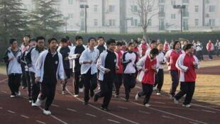 跑步的中学生