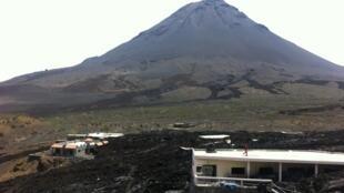 Vulcão da Ilha do Fogo, onde famílias caboverdianas de erupções vão receber casas em Chã das Caldeiras