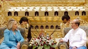 Госсекретарь США Хиллари Клинтон и президент Бирмы Тейн Сейн в бирманском президентском дворце 1 декабря 2011 года