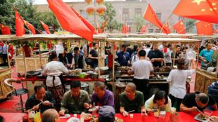 新疆喀什老城區一處市場到處插着中國國旗