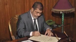 Presidente egípcio Mohamed Mursi perde seu segundo ministro nesta semana dentro de um conturbado contexto político-econômico no país.