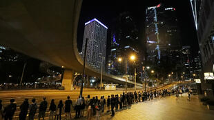 Ce vendredi soir, les manifestants se sont donnés la main pour former une chaîne humaine appelant à des réformes politiques à Hong Kong.