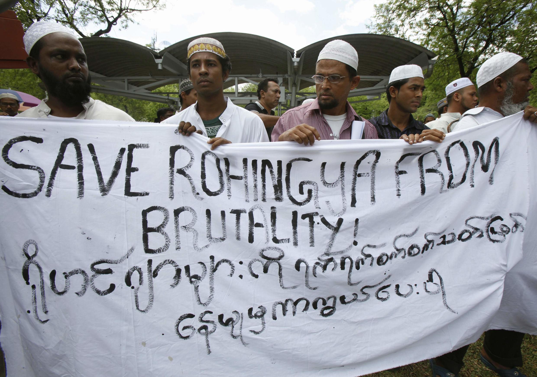 Người Rohingya sống tại Thái Lan  biểu tình trước trụ sở Liên hiệp quốc tại Bangkok kêu gọi quốc tế quan tâm đến số phận của họ, hồi 11/6/2012