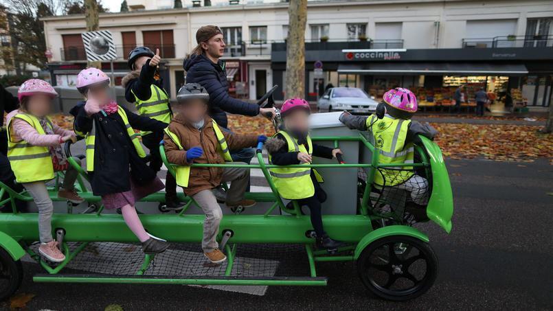 Школьный велобус в городке Лувье