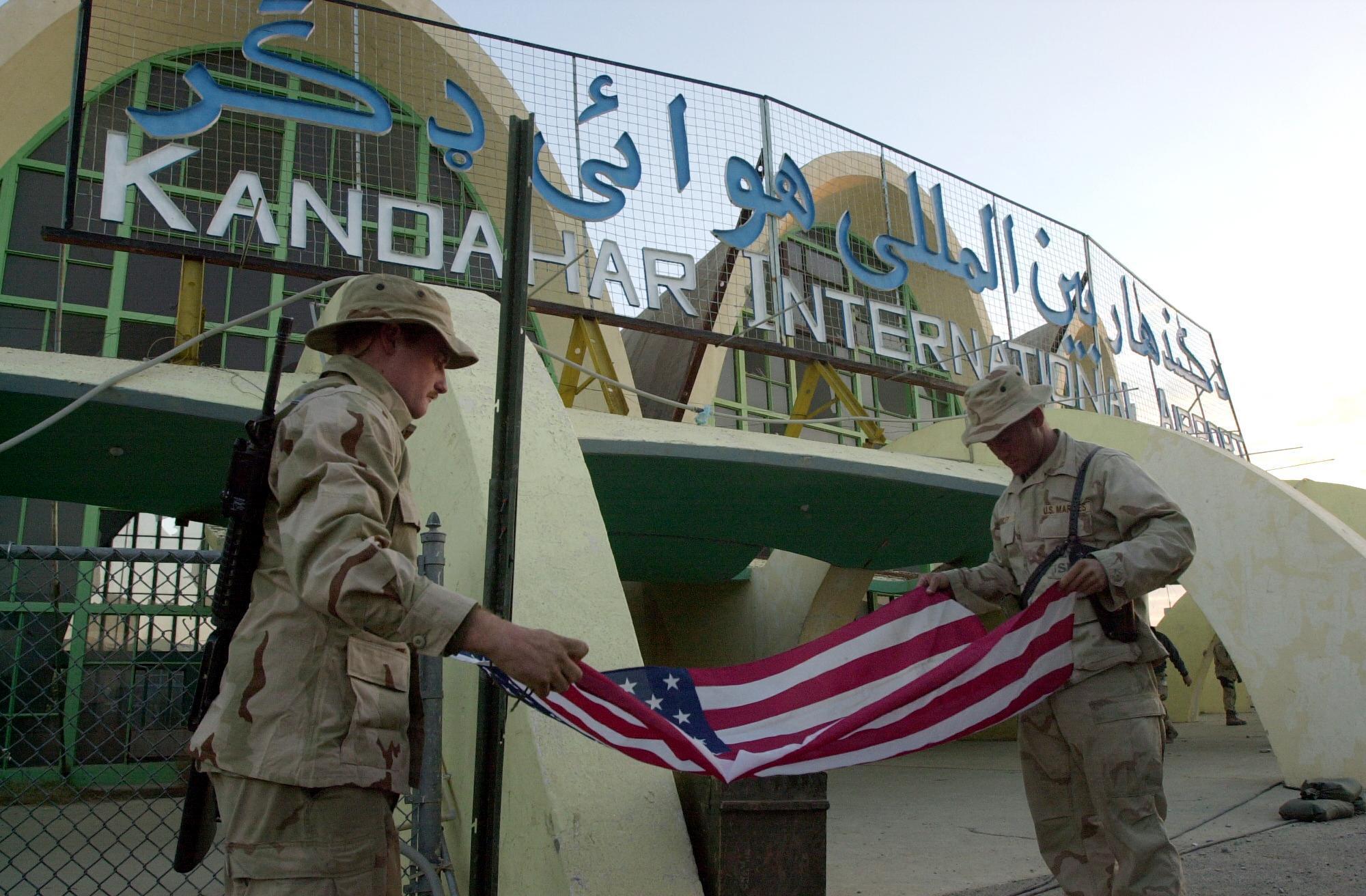Image RFI Archive / Afghanistan: la piste de l'aéroport de Kandahar a été endommagée dans la nuit de samedi à dimanche ( 01 août 2021) par des roquettes. Tous les vols au départ ou à destination de la deuxième ville d'Afghanistan sont annulés. Ici, Marines pliant un drapeau américain à l'aéroport de Kandahar (Image illustration).