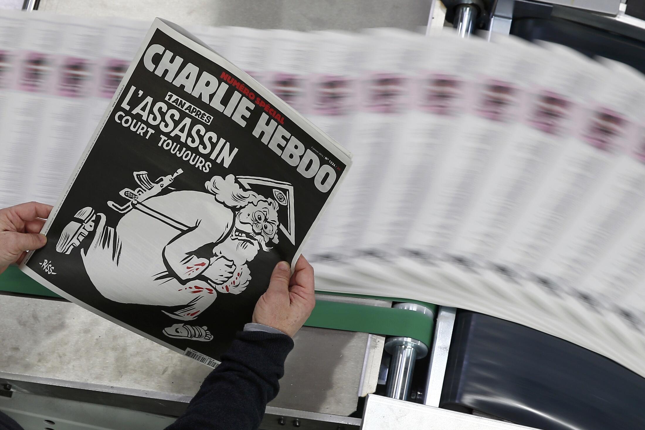 """Última edição do semanário francês Charlie Hebdo com o título """"Um ano depois, o assassino continua à solta"""""""