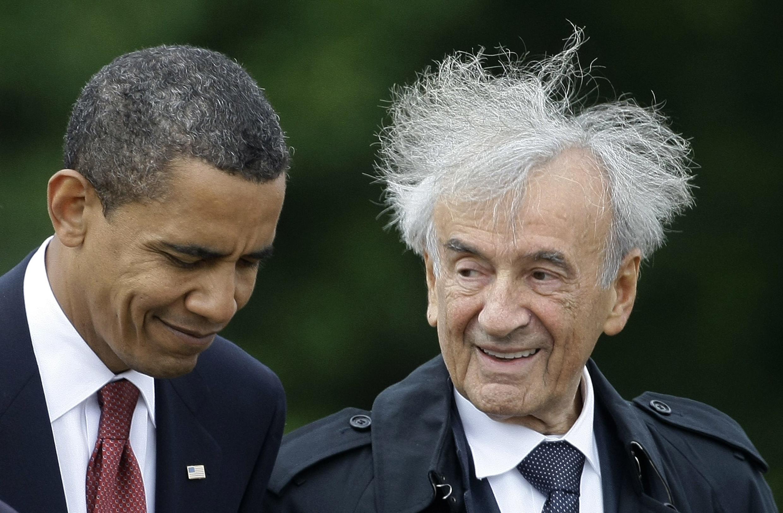 Le président Obama s'entretient avec Elie Wiesel à l'occasion d'une visite du camp de concentration de Buchenwald, en Allemagne, le 5 juin 2009.