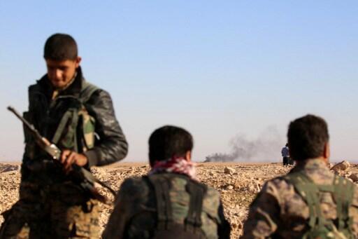 Des membres des Forces démocratiques syriennes, près d'Ain Issa, à une cinquantaine kilomètres au nord de Raqqa, le 6 novembre 2016.