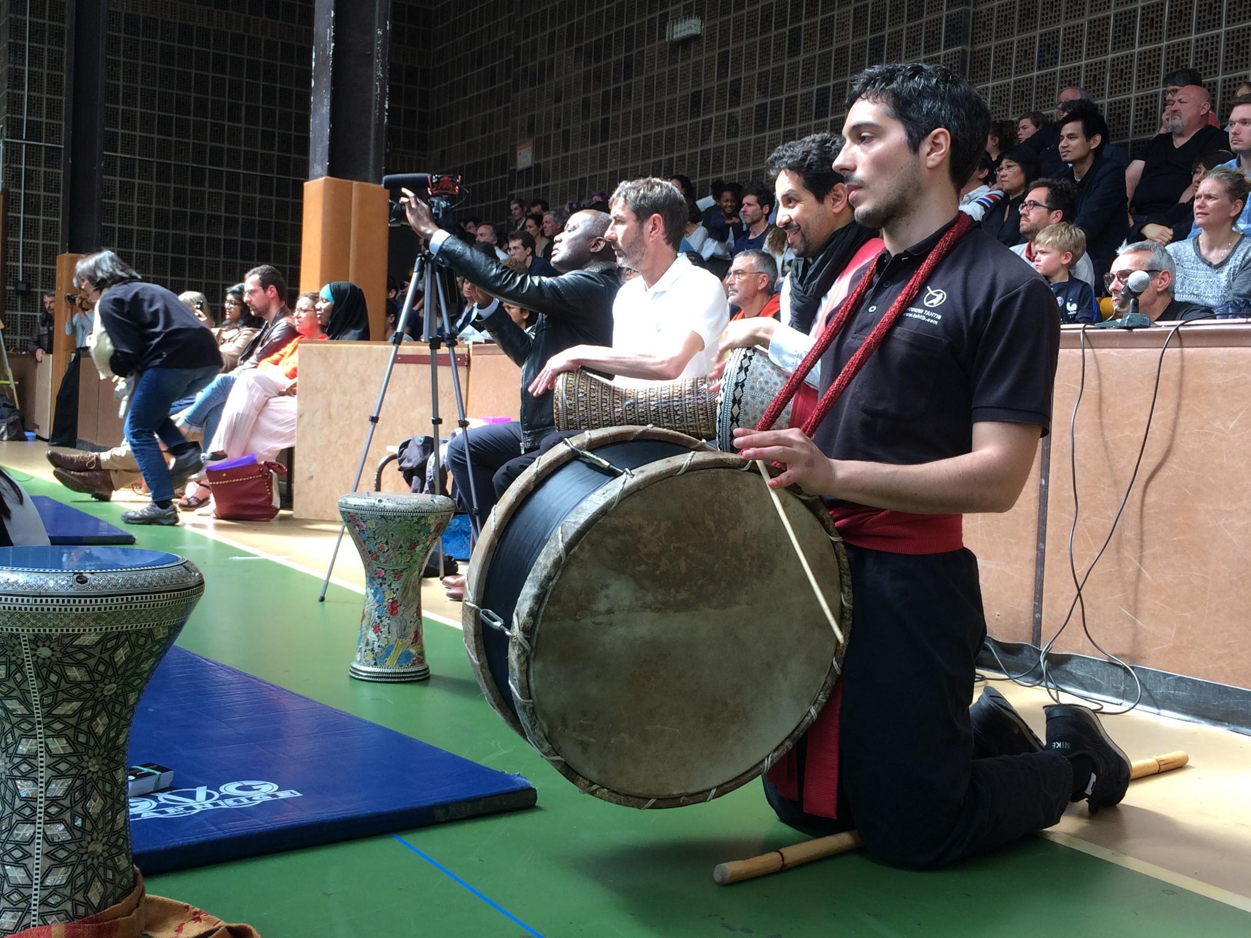 Musicians modulate the Tahtib match.