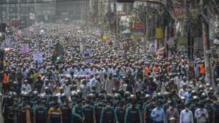 Decenas de miles de manifestantes contra Francia en Daca, en Bangladés, el 27 de octubre de 2020