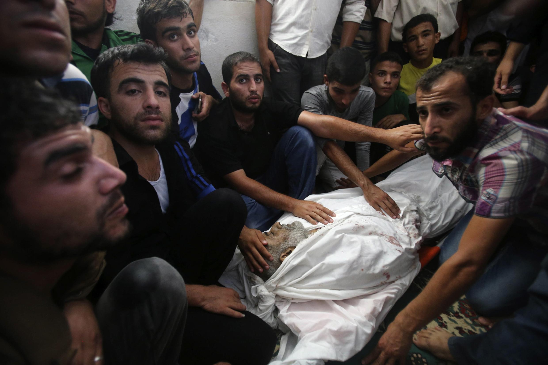 Một nạn nhân Palestine của các vụ oanh kích của Israel vào Gaza, được chôn cất ngày 28/07/2014.