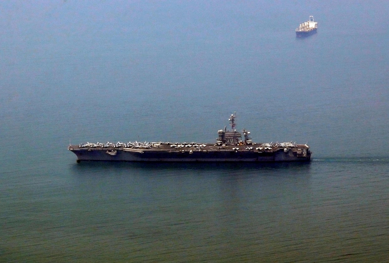Porta-aviões norte-americano, USS Carl Vinson, à chegada ao porto de Danag, Vietname.