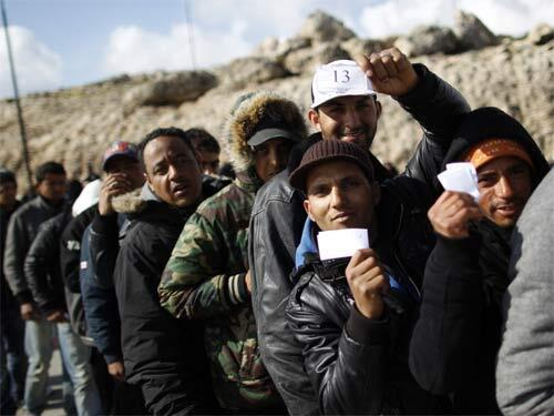 Numerosos inmigrantes provenientes del norte de Africa han llegado a la isla de Lampdusa. Las autoridades italianas trasladaron muchos de ellos a la región de Puglia (sur del país).