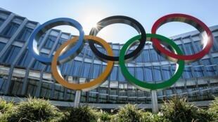 Les cinq anneaux, symbole de l'olympisme, devant le siège du Comité ,international olympique le 24 mars 2020 à Lausanne