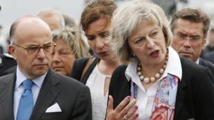 លោកស្រី រដ្ឋមន្ត្រីមហាផ្ទៃអង់គ្លេស Theresa May  និងលោក Bernard Cazeneuve រដ្ឋមន្ត្រីមហាផ្ទៃបារាំង នៅក្រុងកាឡេ ថ្ងៃទី ២០ សីហា ២០១៥