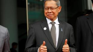 图为马来西亚贸易部长穆哈迈德在越南亚太经合峰会对救活TPP竖拇指表示赞赏