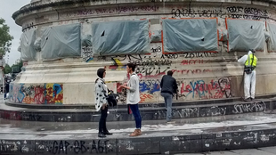 Parisienses limpam arredores da Praça da República.