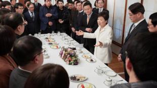 Tổng thống Park Geun-hye tiếp các phóng viên tại phủ tổng thống (Nhà Xanh) nhân ngày đầu năm mới 01/01/2017.