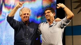 Tabaré Vazquez (e) comemora resultado do primeiro turno ao lado de seu candidato a vice, Raúl Sendic
