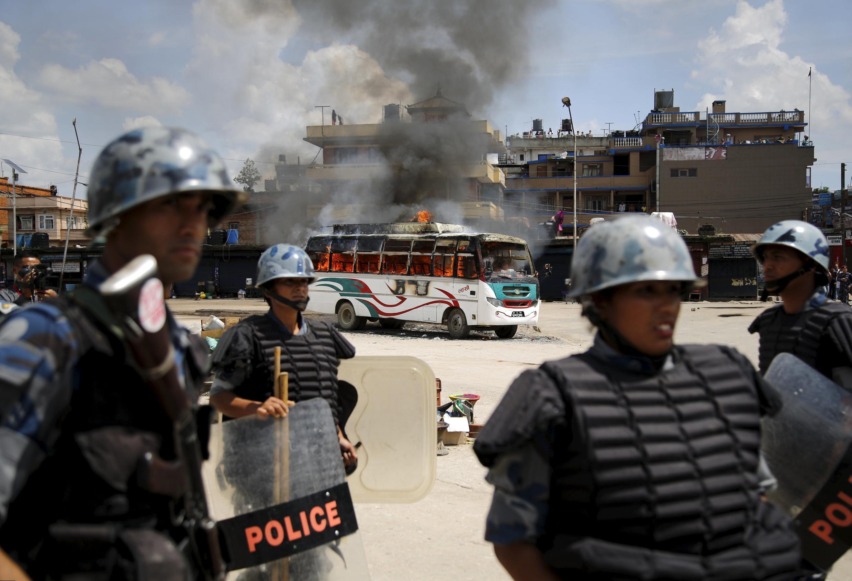 Một xe bus bị người biểu tình chống Hiến pháp đốt phá tại thủ đô Kathmadu ngày 20/09/2015.