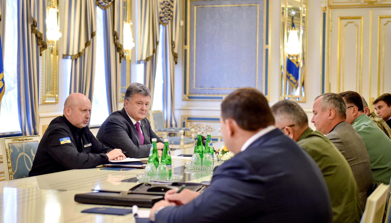 Le président ukrainien, Petro Porochenko, et le secrétaire du Conseil de sécurité nationale et de la défense de l'Ukraine, assistent à une réunion avec les représentants des services de sécurité du pays suite à aux allégations russes d'une incursion ukrai