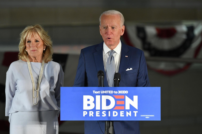 民主党初选参选人拜登(Joe Biden)和夫人吉尔·拜登(Jill Biden)于2020年3月10日在费城。Le candidat à l'investiture démocrate Joe Biden, avec sa femme Jill Biden, à Philadelphie le 10 mars 2020.