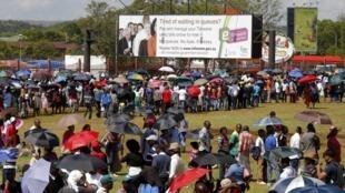 Milhares de pessoas fazem fila nesta quinta-feira para se despedir de Nelson Mandela, em Pretória.