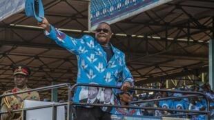 Rais wa Malawi, Peter Mutharika akiwapungia wafuasi wake kwenye moja ya mikutano yake mwezi April.