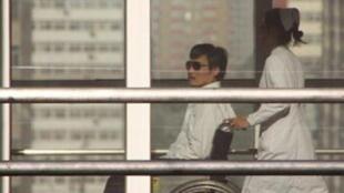 Luật sư Trần Quang Thành tại bệnh viện Chiêu Dương (AFP)