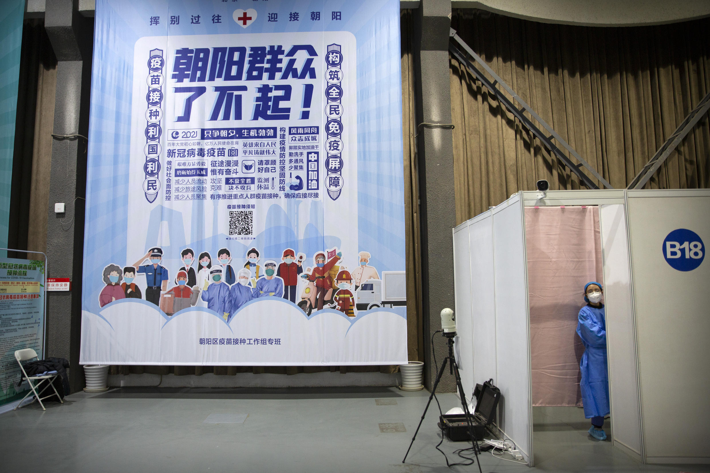 中國接種率低,當局發起宣傳攻勢,動員人們接種疫苗。圖為北京一處接種站掛出的宣傳牌。