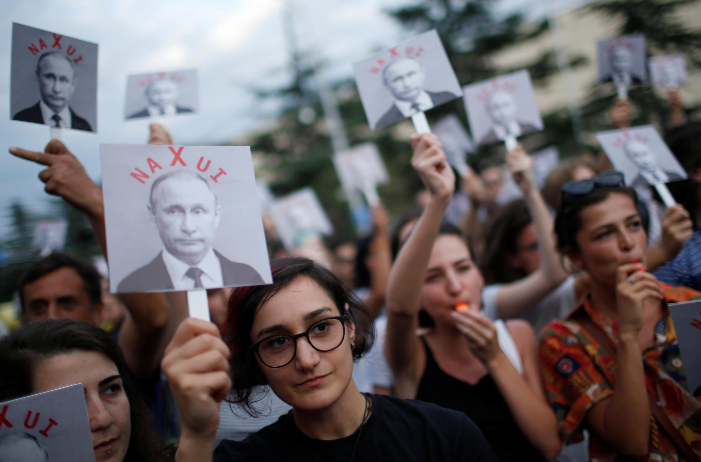 Акция протеста перед зданием посольства РФ в Тбилиси в 10-летнию годовщину войны. 7 августа 2018 г.