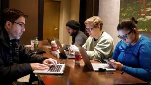 Ảnh minh họa: Người sử dụng Internet trong một quán cà phê Starbucks tại New York, Mỹ, ngày 14/12/2017.