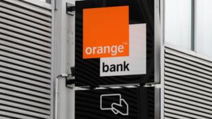 Orange Bank a la particularité d'être 100 % sur mobile. Effectuer ses démarches dans une boutique Orange coûtera à terme 5 euros.