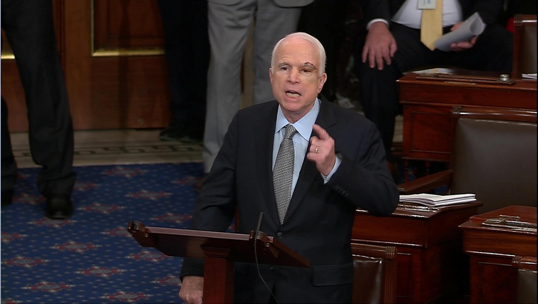 El senador John McCain, durante su discurso en plena votación para abrir el debate de la abrogación del Obamacare.