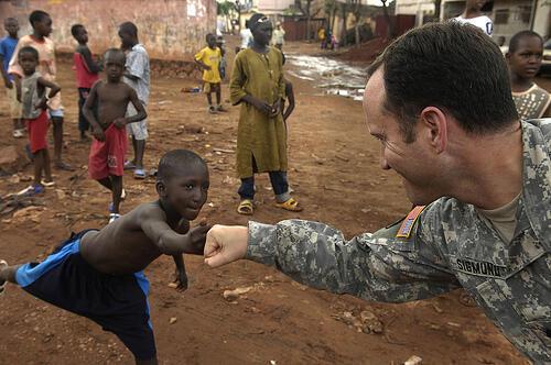 Mali. Un  militaire américain du Partenariat transaharien contre le terrorisme. Initiative du gouvernement américain, il vise à combattre le terrorisme, développer l'assistance militaire et promeut l'échange d'informations entre les pays de la zone.