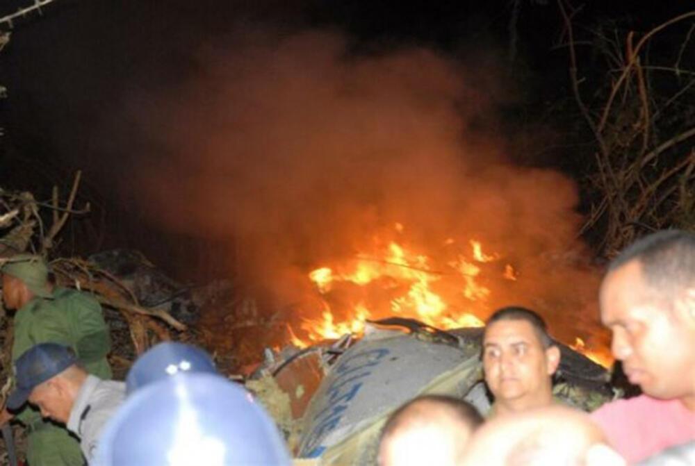 Equipes de resgate procuram os corpos das 68 vítimas do acidente de avião em Cuba, na noite de quinta-feira.