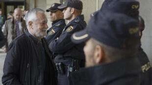 L'ancien chef du gouvernement régional d'Andalousie, José Antonio Griñán, à son arrivée au palais de justice de Séville, le 19 novembre 2019.