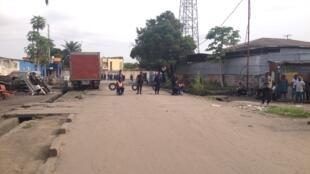 Un des accès à la rue de l'enseignement à Kinshasa où se trouve entre autres le siège du parti de l'opposition l'UNC, bloqué par la police qui refuse l'accès même aux journalistes, RDC, le 19 janvier 2015.