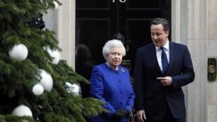 La reine Elisabeth II avec le Premier ministre David Cameron à son arrivée au 10 Downing Street à Londres le 18 décembre 2012.