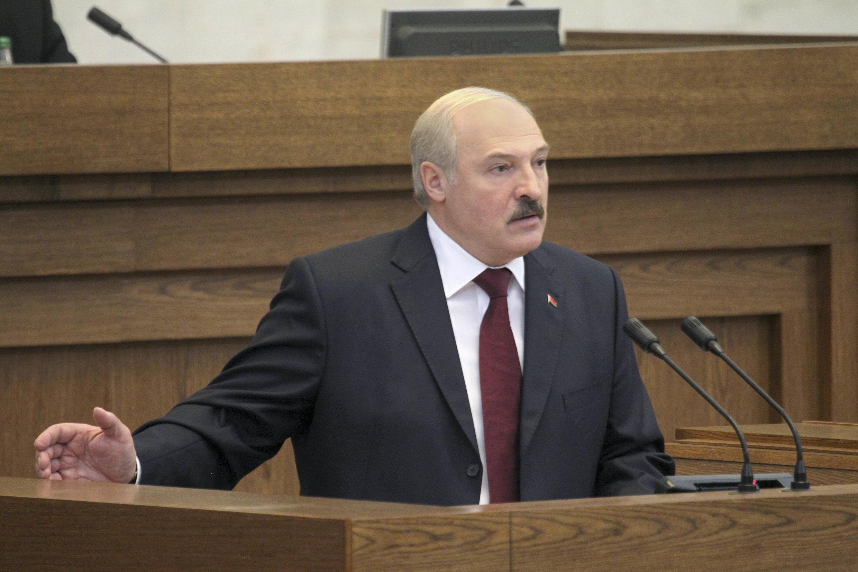 Президент Александр Лукашенко выступает с обращением к народу 8 мая 2012.