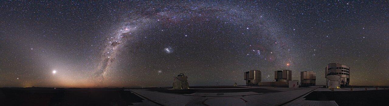 Очень Большой Телескоп ESO на плато Параналь в момент затмения луны.