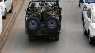 Des militaires devant le complexe visé par une attaque à Nairobi, Kenya, le 16 janvier 2019.