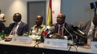 Le directeur général du conseil café cacao ivoirien Yves Koné aux cotés de son homologue ghanéen Joseph Aidoo lors d'une réunion à Abidjan, Côte d'Ivoire, le 3 juillet 2019.