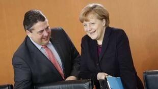 La chancelière allemande Angela Merkel et le ministre de l'Economie et leader du SPD Sigmar Gabriel, le 26 mars 2014 à Berlin.