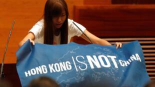 Tân đại biểu Du Huệ Trinh (Yau Wai-ching), trước khi tuyên thệ tại Nghị Viện Hồng Kông ngày 12/10/2016, đã trương lá cờ « Hồng Kông không phải là Trung Quốc ».