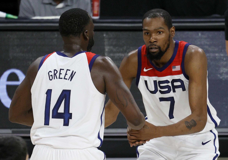 Les Américains Draymond Green et Kevin Durant durant un match d'exhibition contre l'Espagne, à Las Vegas, le 18 juillet 2021