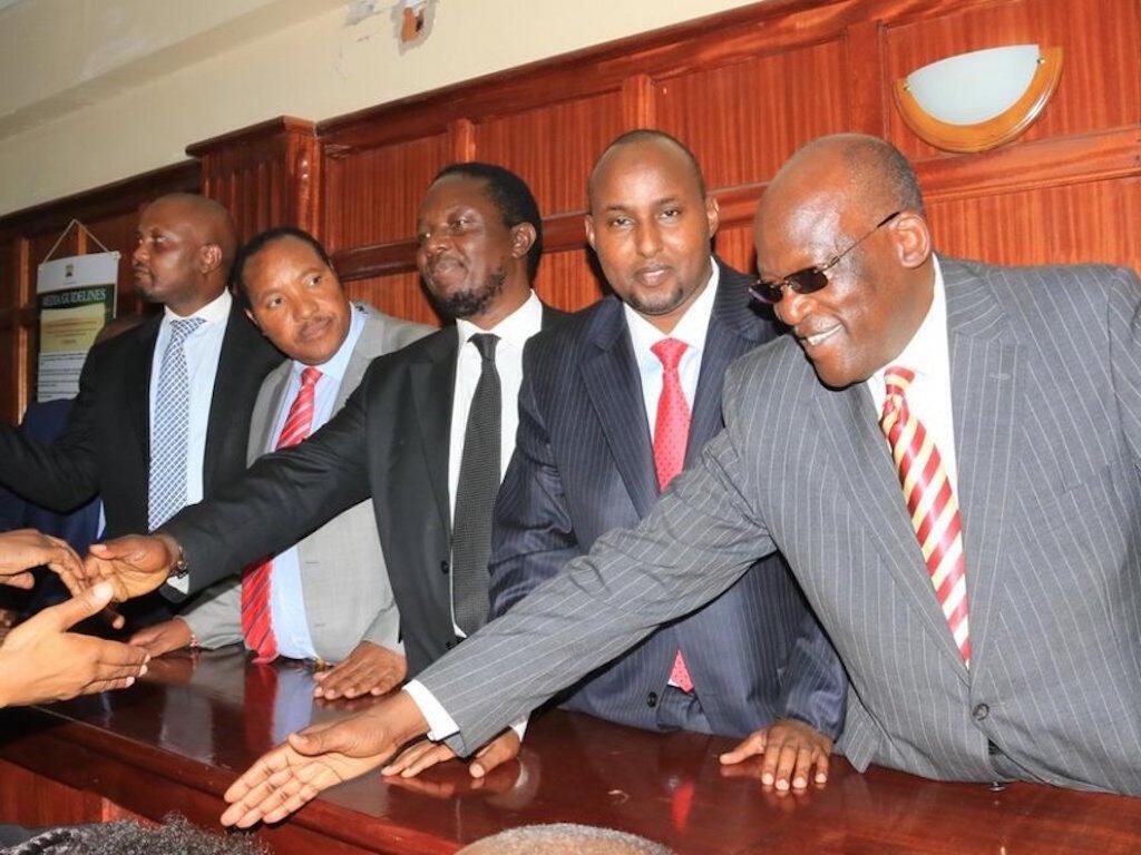 Wabunge nchini Kenya wakiwapongezwa na wenzao mahakamani, Jijini Nairobi.