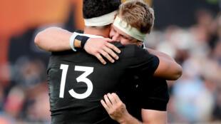 Le capitaine de la Nouvelle-Zélande Sam Cane enlace son partenaire Anton Lienert-Brown (N.13) après la victoire sur l'Australie le 18 octobre 2020 à Auckland