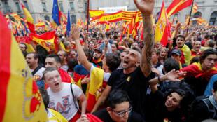 Barcelona: nacionalistas espanhóis protestam contra o referendo em frente ao palácio do governo catalão.